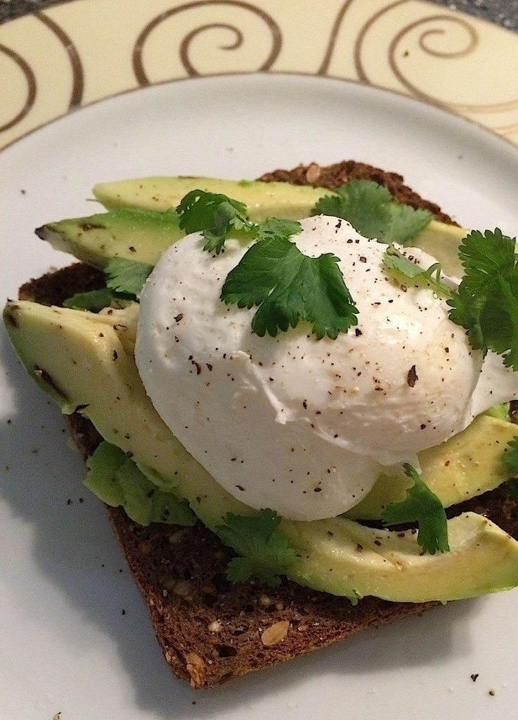 Broodje avocado met gepocheerd ei_2