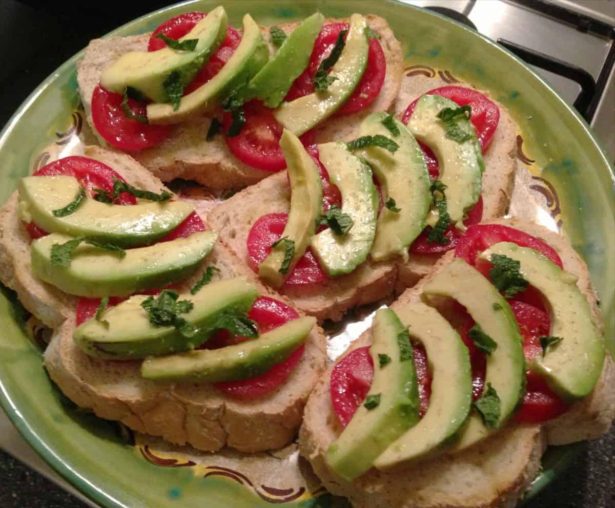 Geroosterd Rustiek Brood Met Avocado Tomaat Citroen En Munt