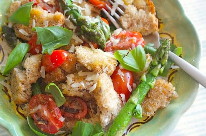 Francesca-Kookt_gebakken-panzanella-met-groene-asperges_1_uitgelicht-680x450