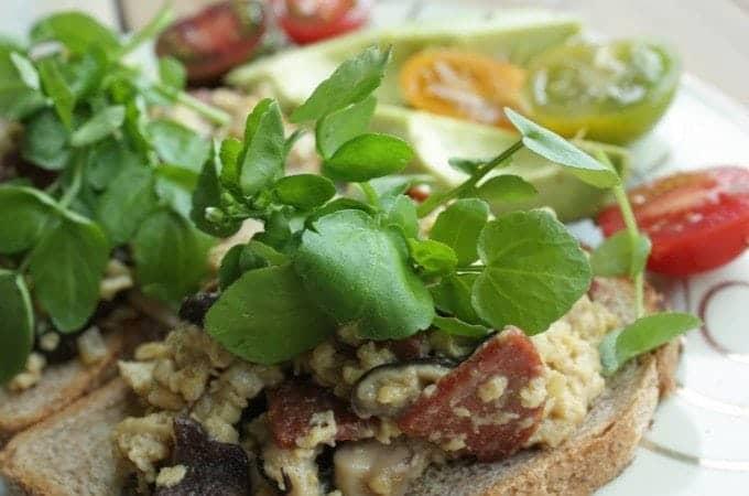 Francesca-Kookt_scrambled-eggs-met-shiitake-op-toast_1_uitgelicht-680x450
