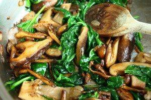 Gesauteerde paddenstoelen met spinazie en truffel_1