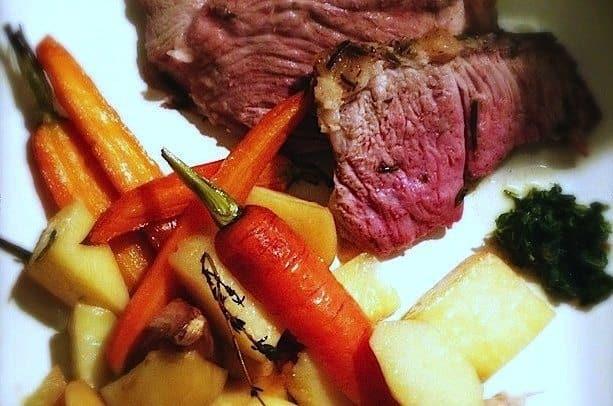 Groot stuk vlees met kerstmis_Lamsbout-en-groenten-uit-de-oven5-640x450