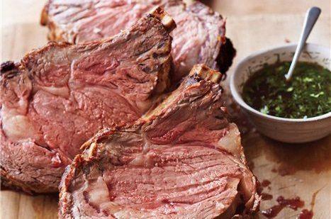 Groot stuk vlees met kerstmis_runder rib roast met een gekruide jus van peterselie en dille