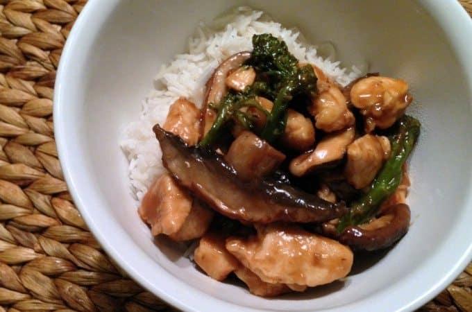 Hoisin-kip-met-broccoli-en-paddenstoelen_uitgelicht_1-680x450