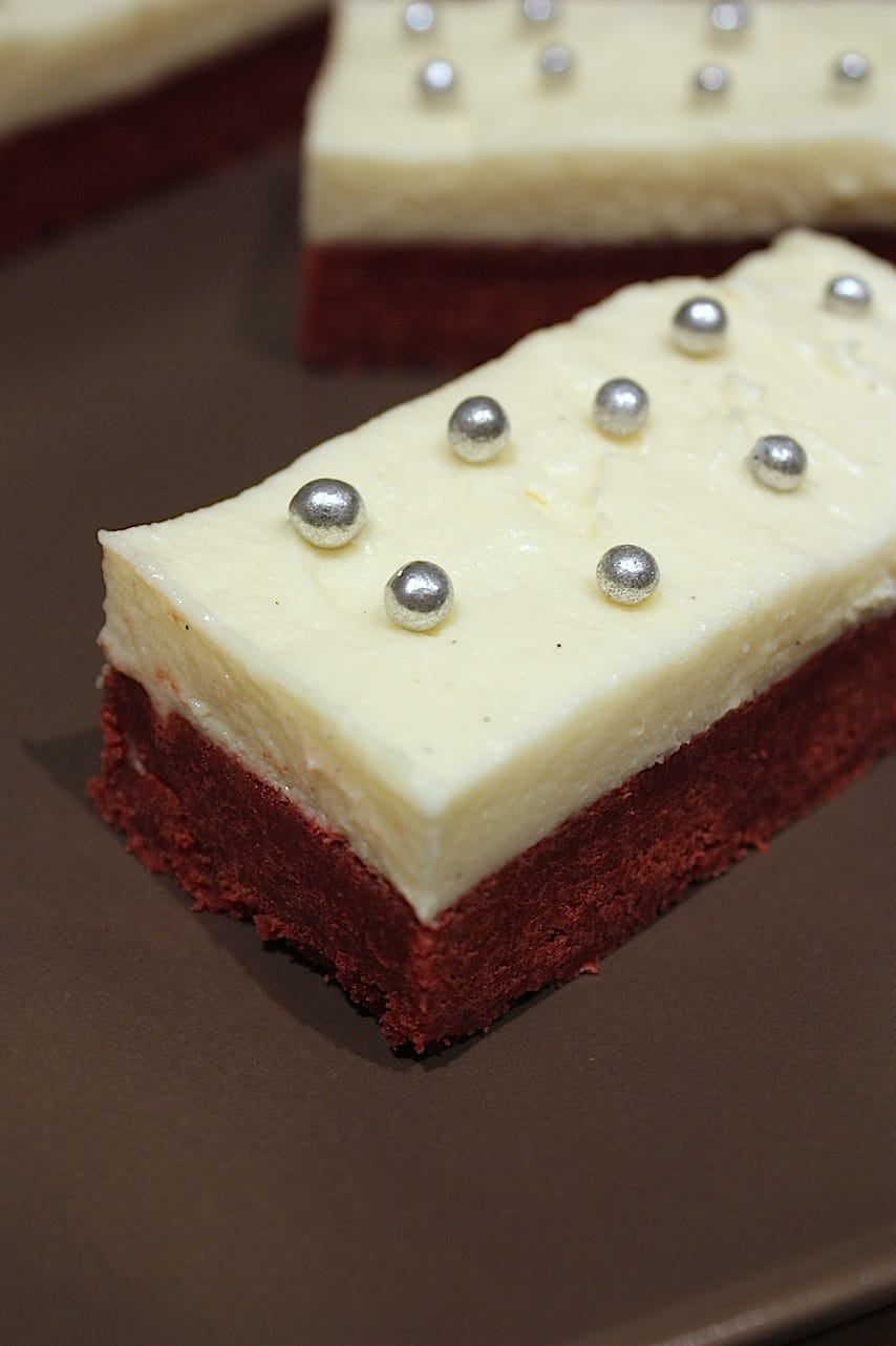 Red velvet brownies met cream cheese frosting_2