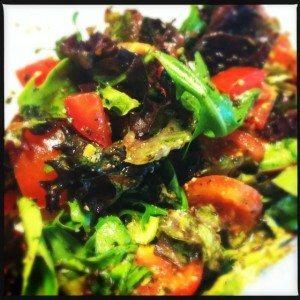 Salade met 2 soorten tomaten en pesto