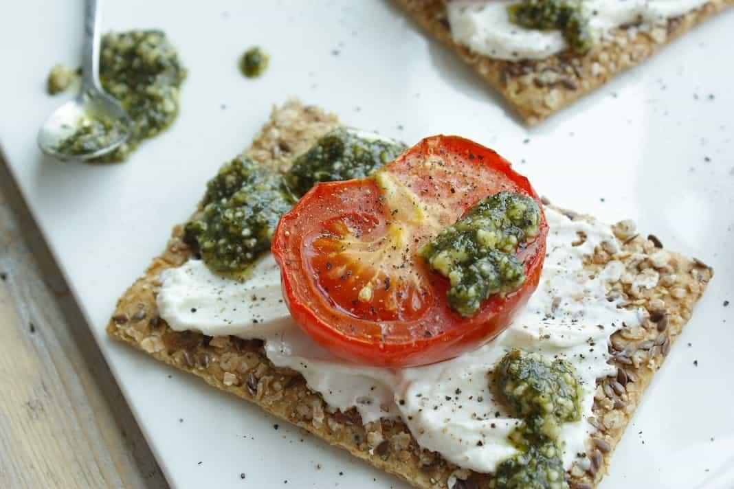 Speltcrackers met tomaat, ricotta en pesto_1