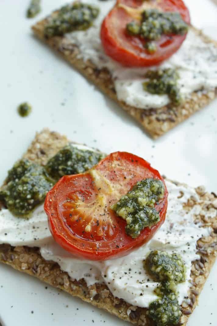 Speltcrackers met tomaat, ricotta en pesto_2