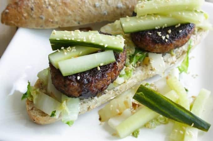 Vegetarische-Hoisin-burger-met-komkommer-en-Chinese-kool_1