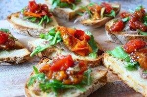 bruschetta-met-ansjovis-rucola-en-balsamico-tomaatjes-1