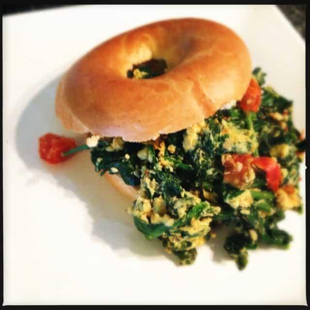 bagel met roergebakken ei, spinazie en peper