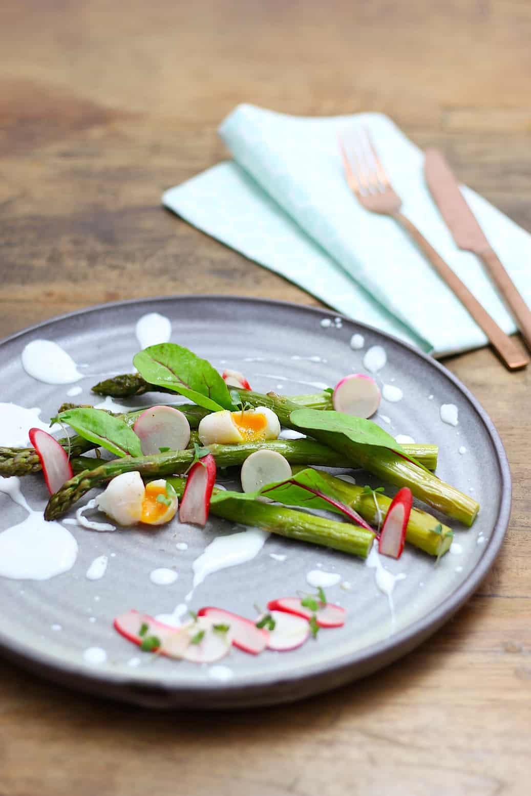 geroosterde-asperges-met-voorjaarsgroenten-en-citroen-geitenyoghurt-2