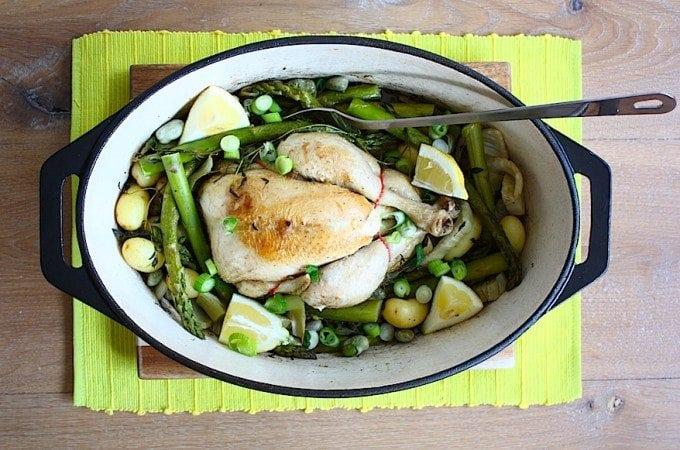 kip-in-een-pannetje-met-voorjaarsgroenten-1-680x450