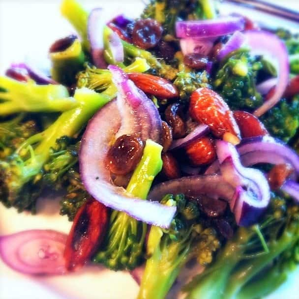 salade-met-broccoli-amandelen-en-rozijnen-2