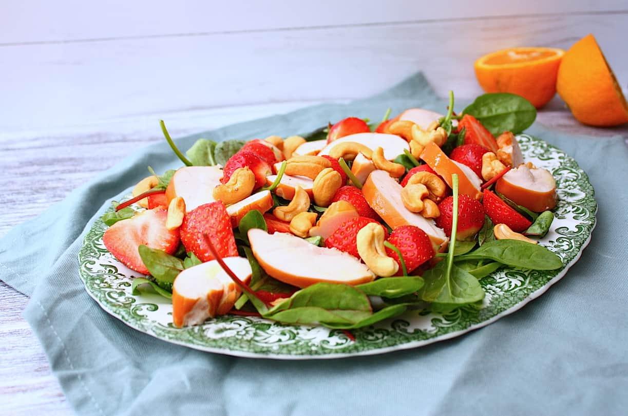 salade_met_aardbeien_gerookte kip_cashewnoten_sinaasappeldressing_1